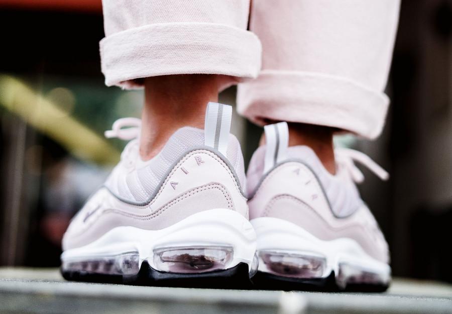 basket-nike-air-max-98-fille-rose-clair-foncé-gris-argent-aux-pieds (4)
