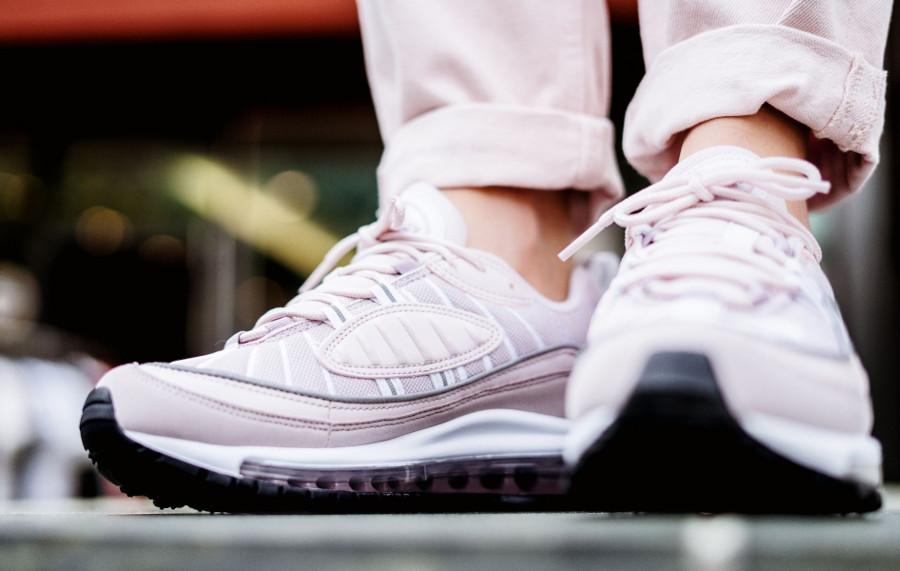 basket-nike-air-max-98-fille-rose-clair-foncé-gris-argent-aux-pieds (5)
