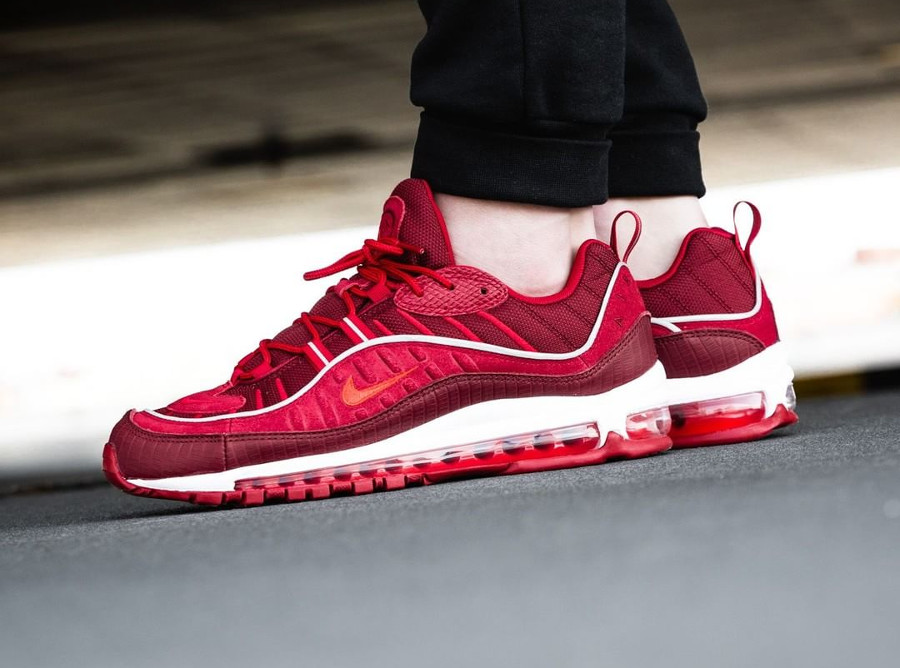 basket-nike-air-max-98-special-edition-rouge-équipe-imprimé-crocodile-on-feet (2)