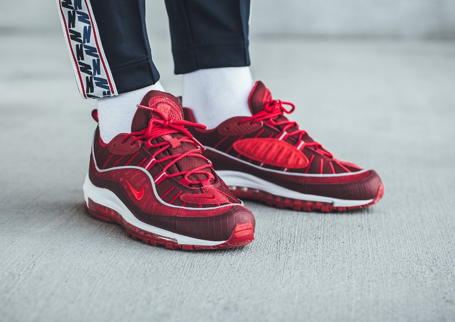 basket-nike-air-max-98-special-edition-rouge-équipe-imprimé-crocodile-on-feet (3)