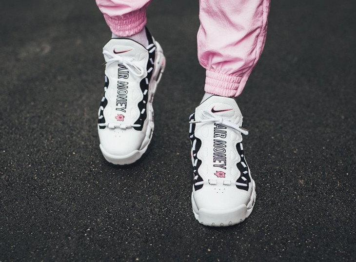 basket-nike-air-more-uptempo-money-blanche-noire-rose-on-feet (4)