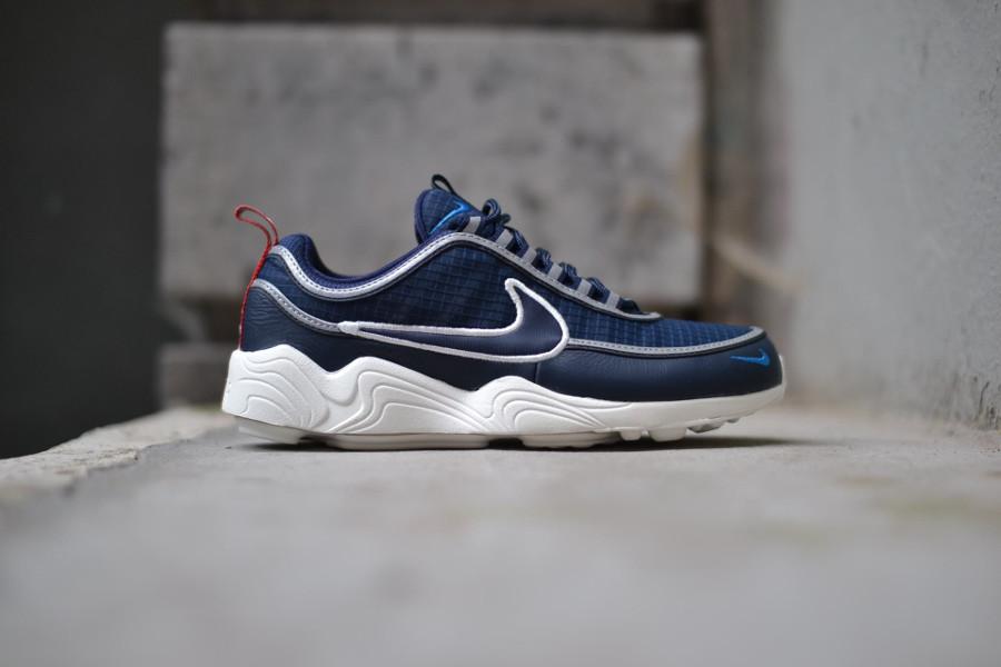basket-nike-air-zoom-spiridon-bleu-blanc-cassé-avec-tirettes (1)