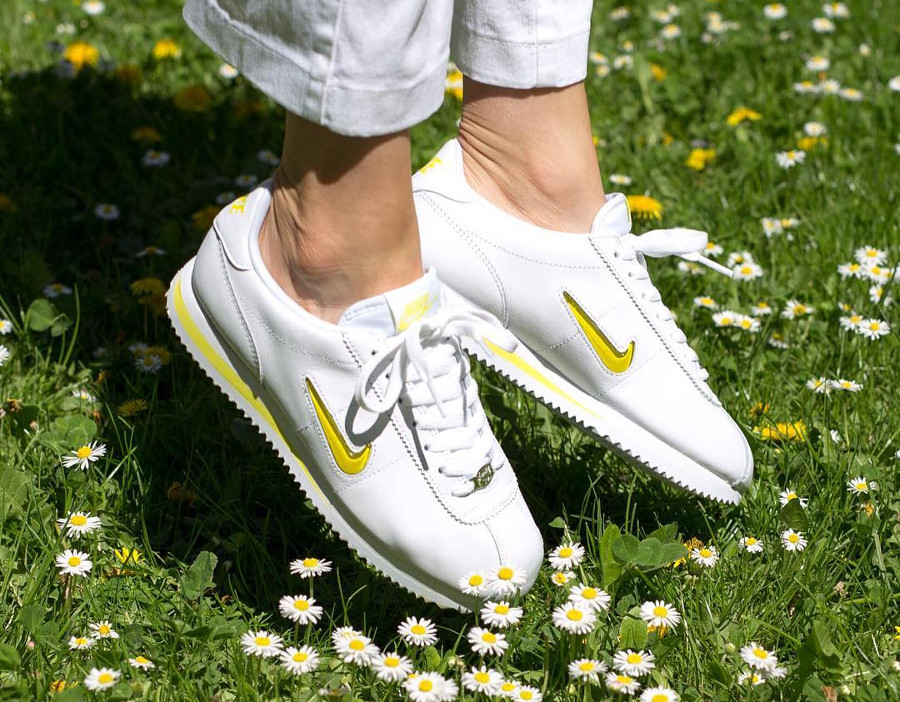 Chaussure Nike Cortez Basic Jewel '18 femme White Electrolime on feet