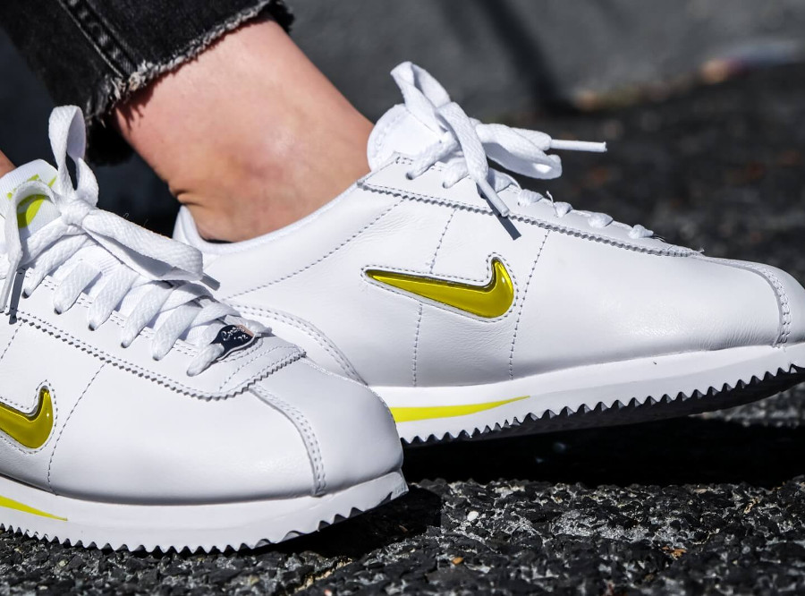 basket-nike-cortez-basic-fille-blanche-mini-swoosh-jewel-jaune-on-feet (3-1)