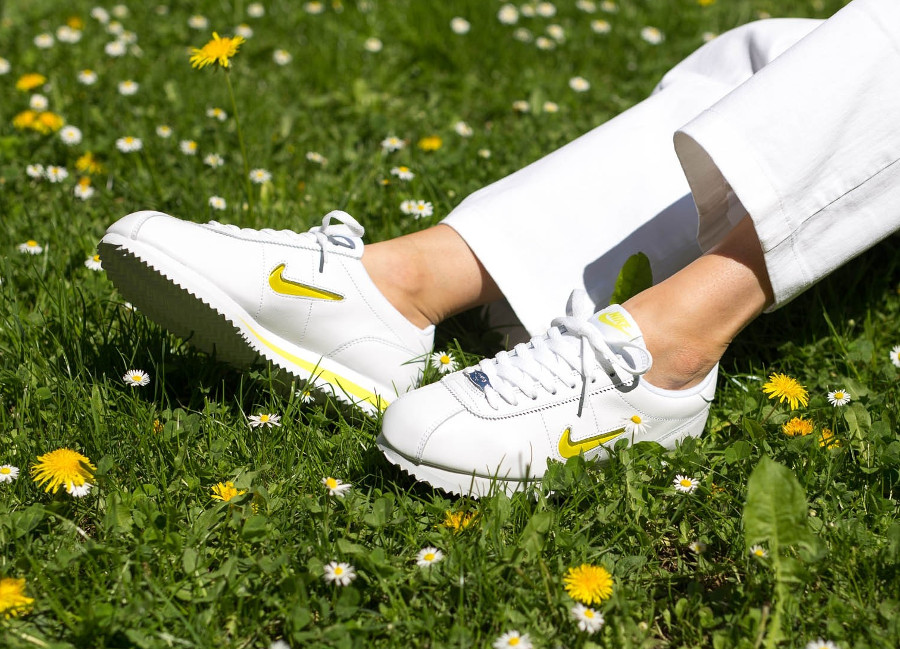 basket-nike-cortez-basic-fille-blanche-mini-swoosh-jewel-jaune-on-feet (3)