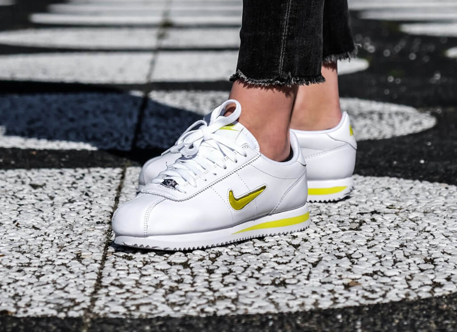 basket-nike-cortez-basic-fille-blanche-mini-swoosh-jewel-jaune-on-feet (4)