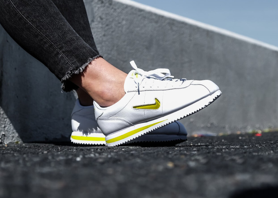 basket-nike-cortez-basic-fille-blanche-mini-swoosh-jewel-jaune-on-feet (5)