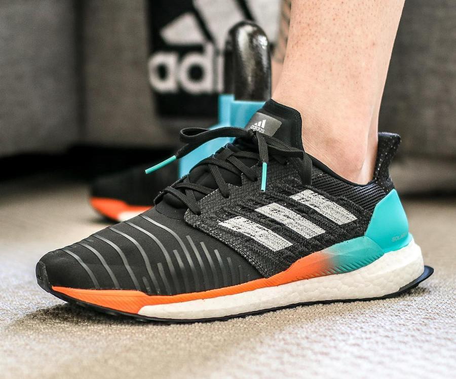 chaussure-adidas-solar-boost-noire-dégradé-turquoise-orange-cq3168 (2)
