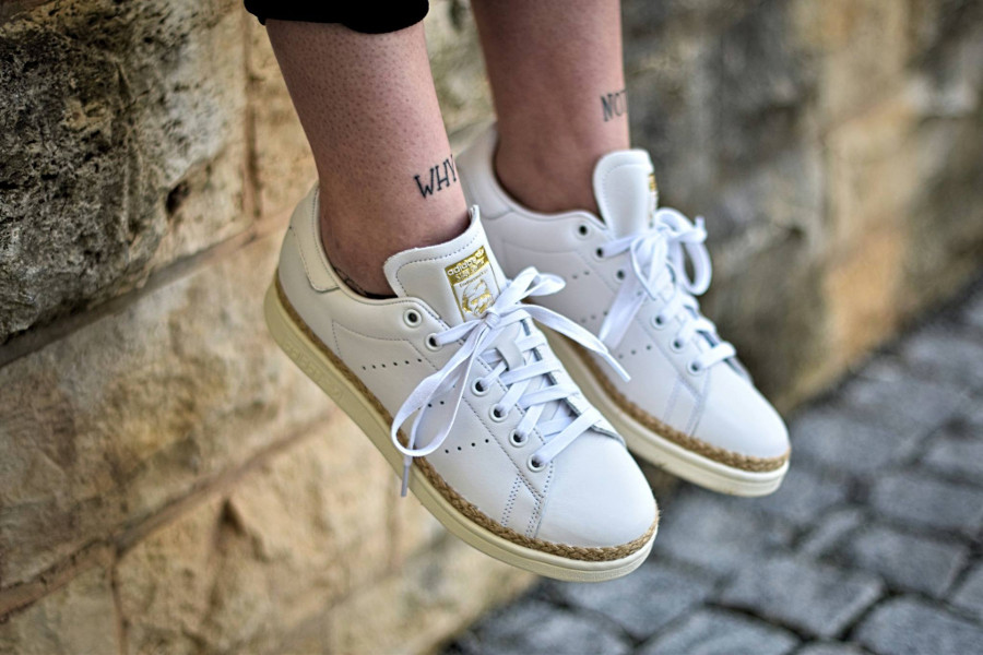 chaussure-adidas-stan-smith-cuir-blanc-semelle-en-jute-on-feet-CQ2439 (1)