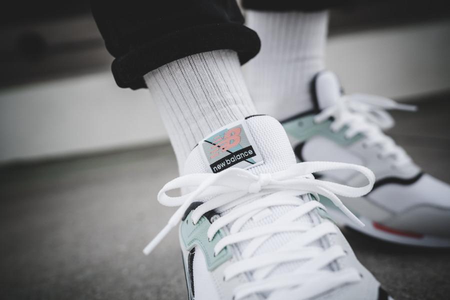 chaussure-new-balance-ml-99-hlw-blanche-vert-menthe-rose-on-feet-638681-60-3 (1)