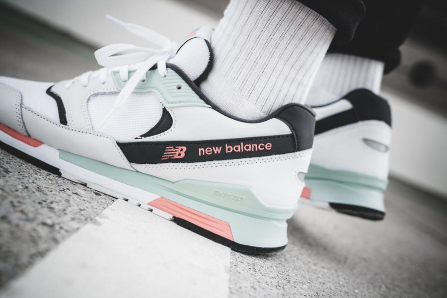 chaussure-new-balance-ml-99-hlw-blanche-vert-menthe-rose-on-feet-638681-60-3 (2)