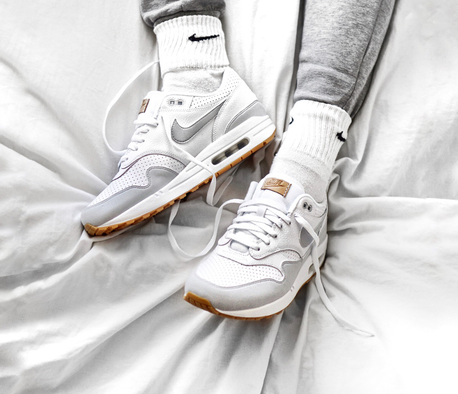 chaussure-nike-air-max-1-perforated-white-pure-platinum-yellow-gum-on-feet (2)