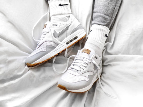 chaussure-nike-air-max-1-perforated-white-pure-platinum-yellow-gum-on-feet (couv)