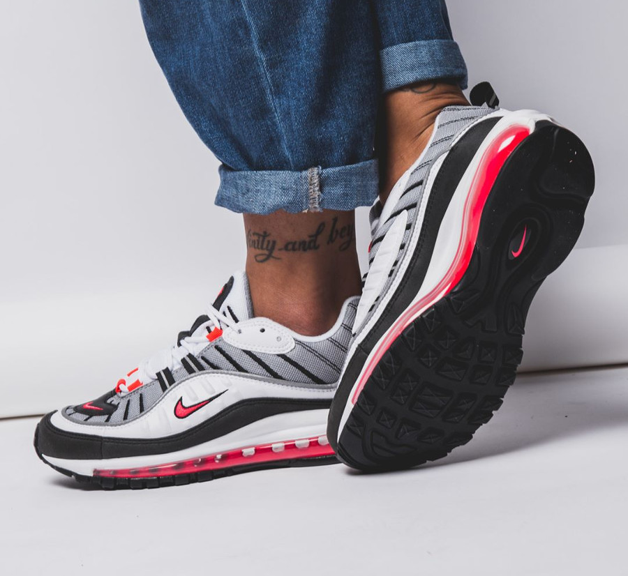chaussure-nike-air-max-1998-noire-blanche-rouge-solaire-aux-pieds-AH6799-104 (1)