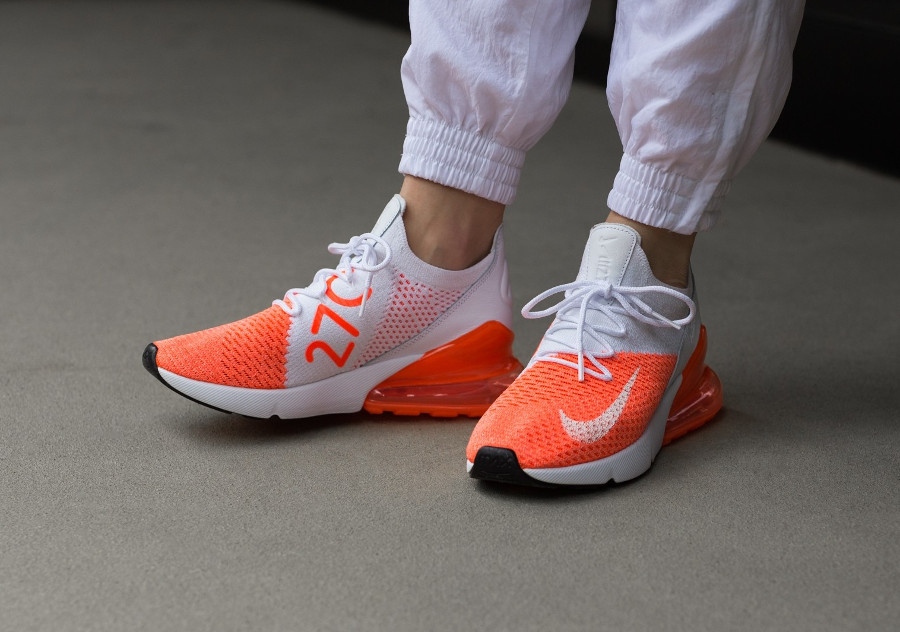 chaussure-nike-air-max-270-fille-flyknit-blanche-orange-on-feet (2)