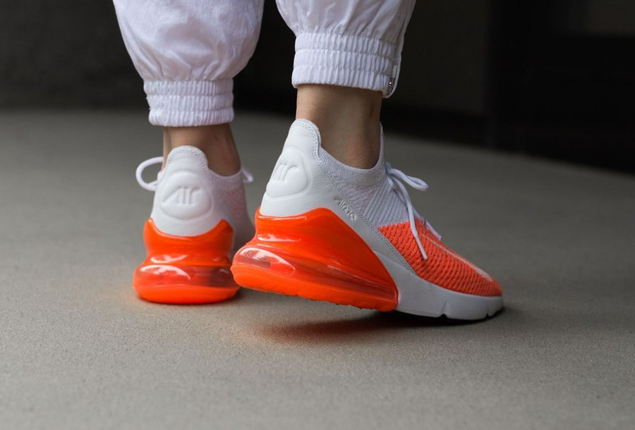 chaussure-nike-air-max-270-fille-flyknit-blanche-orange-on-feet (3)