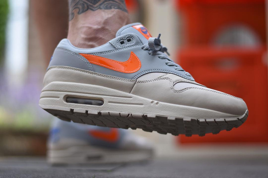 chaussure-nike-air-max-87-desert-sand-wolf-grey-orange-on-feet (2)