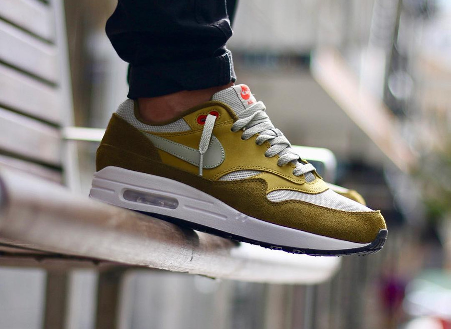 Chaussure Nike Air Max 1 PRM 'Green Curry' Olive Flak on feet