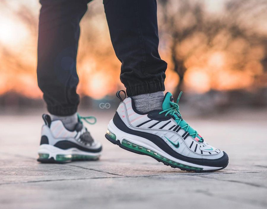chaussure-nike-air-max-98-south-beach-vert-turquoise-rose-on-feet (2)