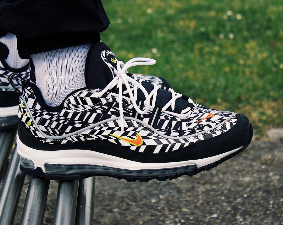 chaussure-nike-air-max-98-white-team-orange-black-aux-pieds-AQ4130-100 (1)