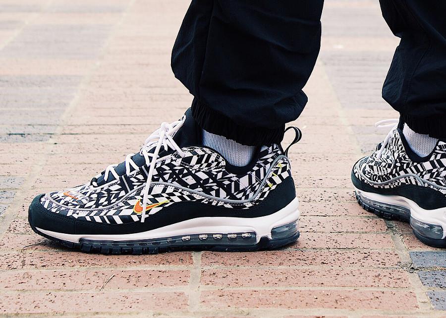 chaussure-nike-air-max-98-white-team-orange-black-aux-pieds-AQ4130-100 (2)