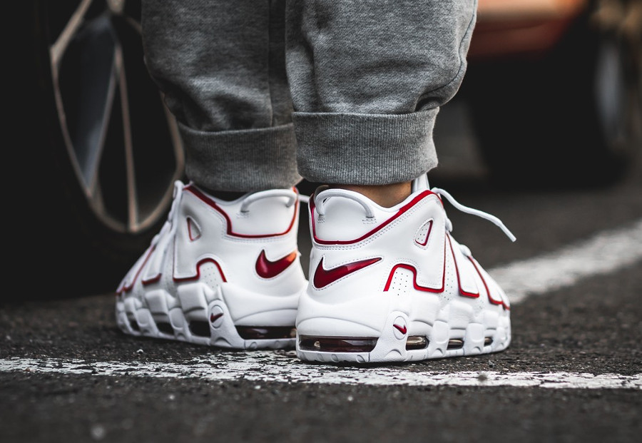chaussure-nike-air-more-uptempo-blanche-et-rouge-on-feet-921948-102 (1)
