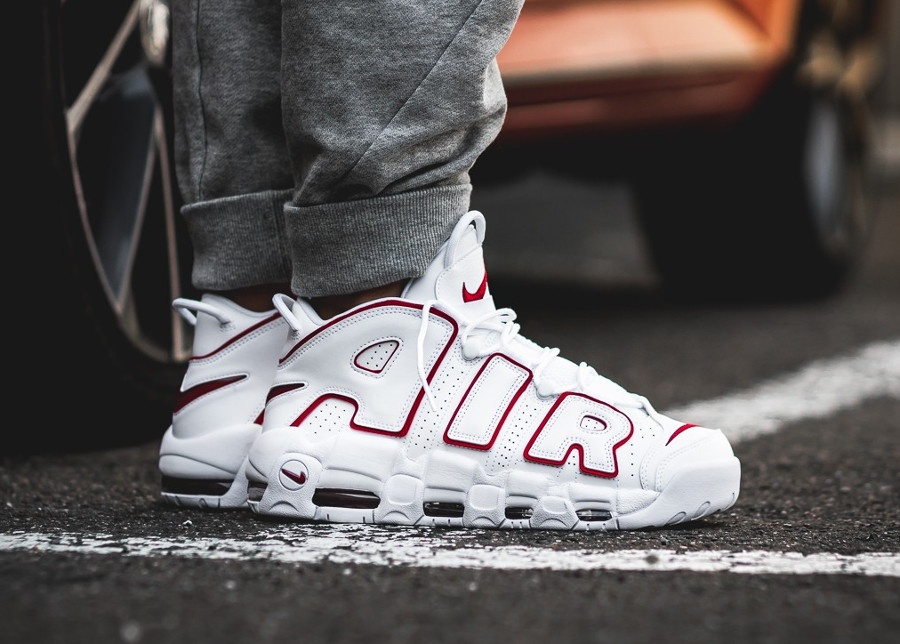 chaussure-nike-air-more-uptempo-blanche-et-rouge-on-feet-921948-102 (2)