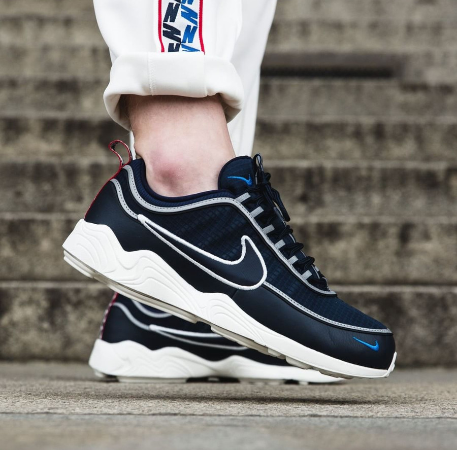 chaussure-nike-air-spiridon-pull-taped-se-obsidian-on-feet (1-1)