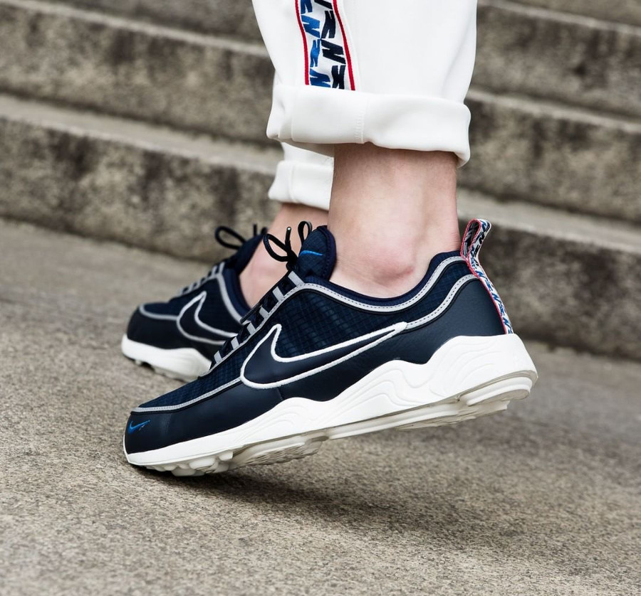 chaussure-nike-air-spiridon-pull-taped-se-obsidian-on-feet (1)