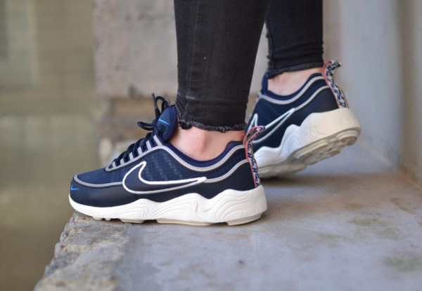 chaussure-nike-air-spiridon-pull-taped-se-obsidian-on-feet (2)
