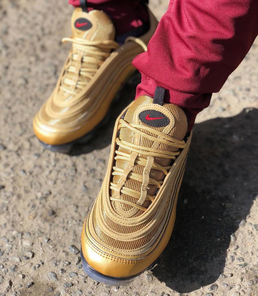 chaussure-nike-air-vapormax-97-original-dorée-pour-homme-on-feet (1)