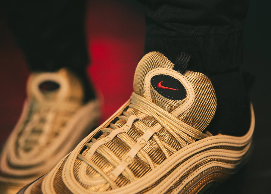 chaussure-nike-air-vapormax-97-original-dorée-pour-homme-on-feet (2)