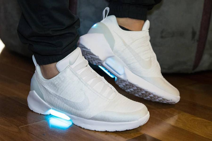 chaussure-nike-hyperadapt-1-0-earl-toute-blanche-on-feet-AH9389-102