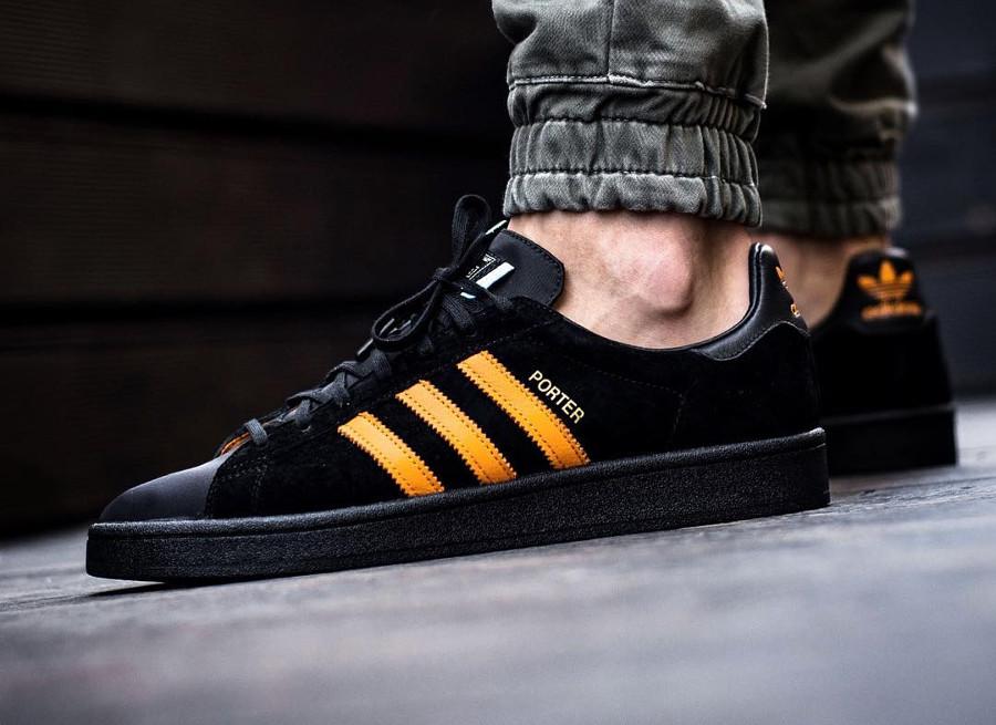 chaussure-porter-adidas-campus-suede-noir-3-bandes-orange-on-feet (1)