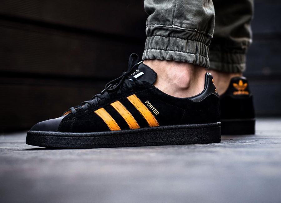 chaussure-porter-adidas-campus-suede-noir-3-bandes-orange-on-feet (2)