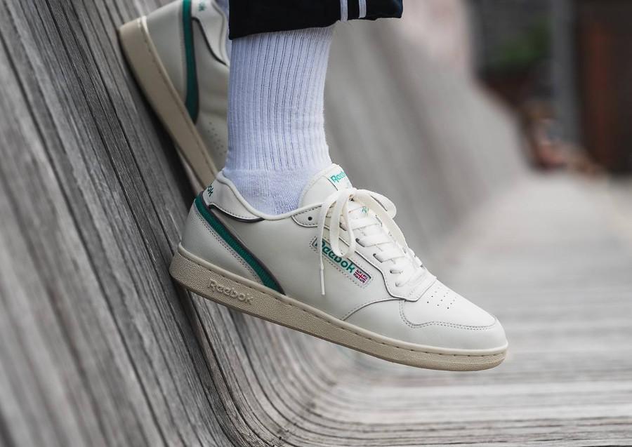 chaussure-reebok-classics-act-300-beige-verte-homme-aux-pieds-CN3844 (2)