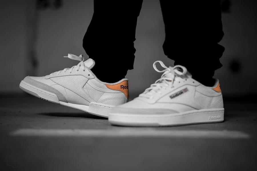 chaussure-reebok-club-c-85-cuir-craquelé-blanc-cassé-aux-pieds (4)