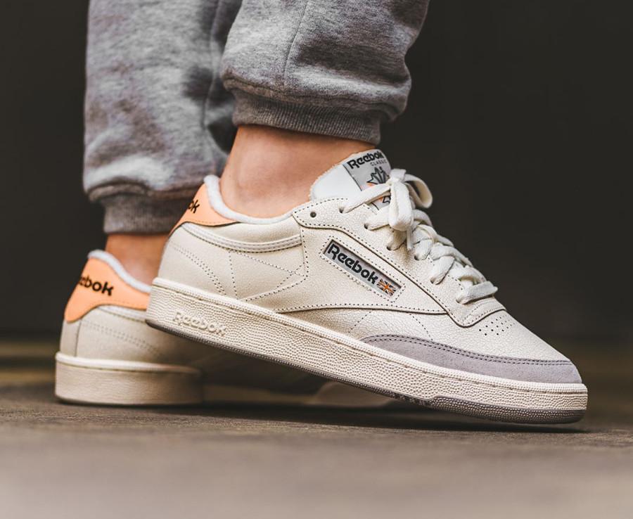chaussure-reebok-club-c-85-cuir-craquelé-blanc-cassé-aux-pieds (5)