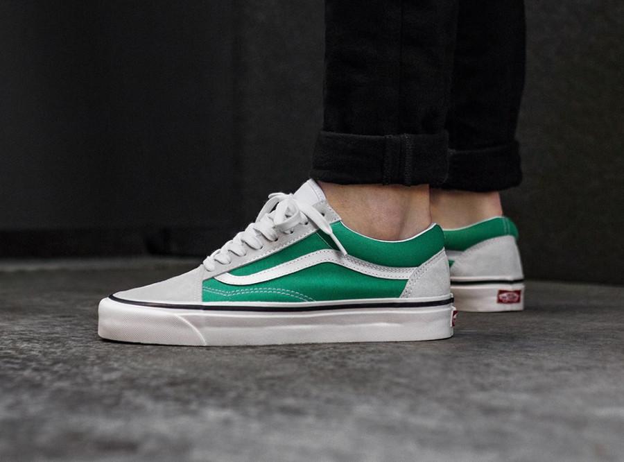 chaussure-vans-old-skool-suède-blanc-toile-turquoise-on-feet-VA38G2R1X (2)