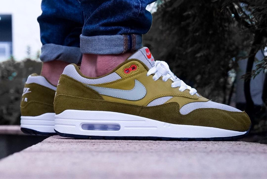 chaussure-nike-air-max-1-premium-curry-verte-on-feet- 908366-300