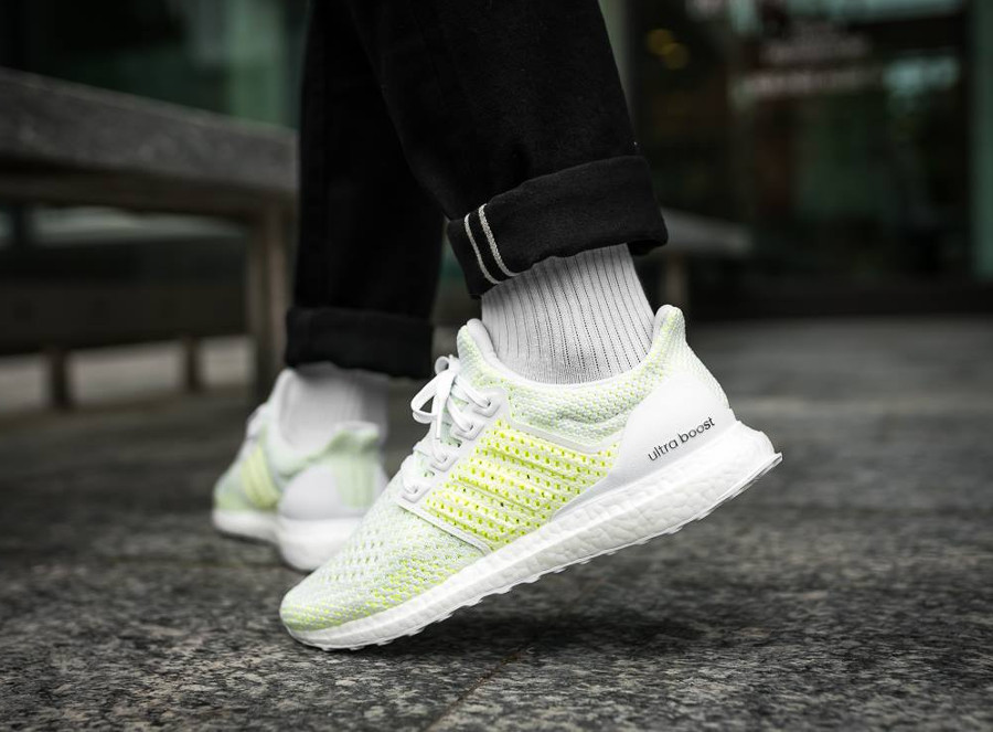 adidas-ultra-boost-blanche-vert-fluo-on-feet-aq0481 (1)