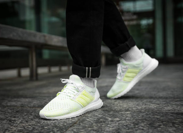 adidas-ultra-boost-blanche-vert-fluo-on-feet-aq0481 (2)