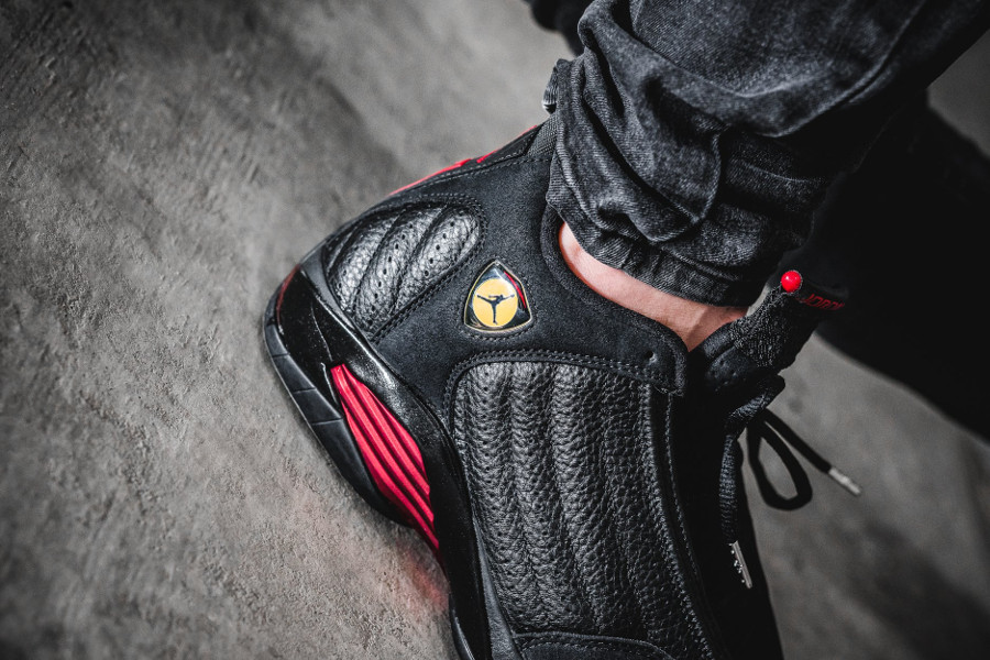 air-jordan-XIV-noire-black-varsity-red-on-feet- 487471-003 (5)