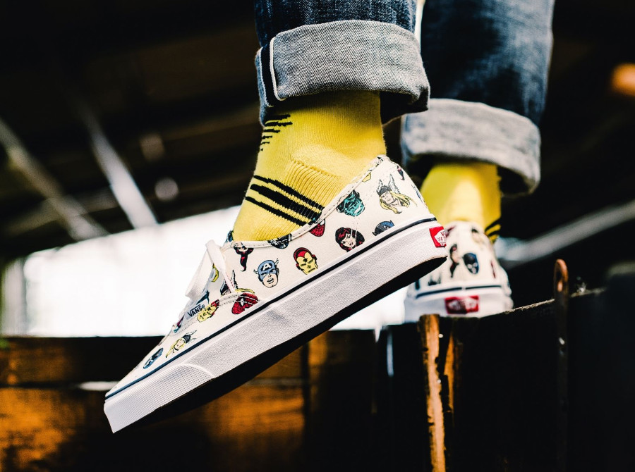 chaussure-avengers-vans-authentic-marvel-allover-print-on-feet