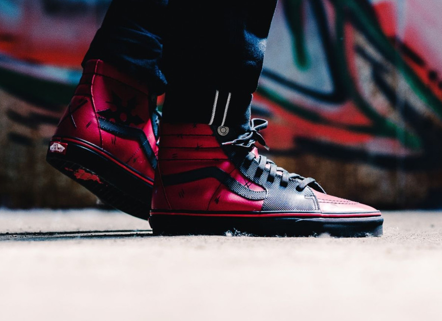 chaussure-avengers-vans-sk8-hi-deadpool-rouge-noire-on-feet