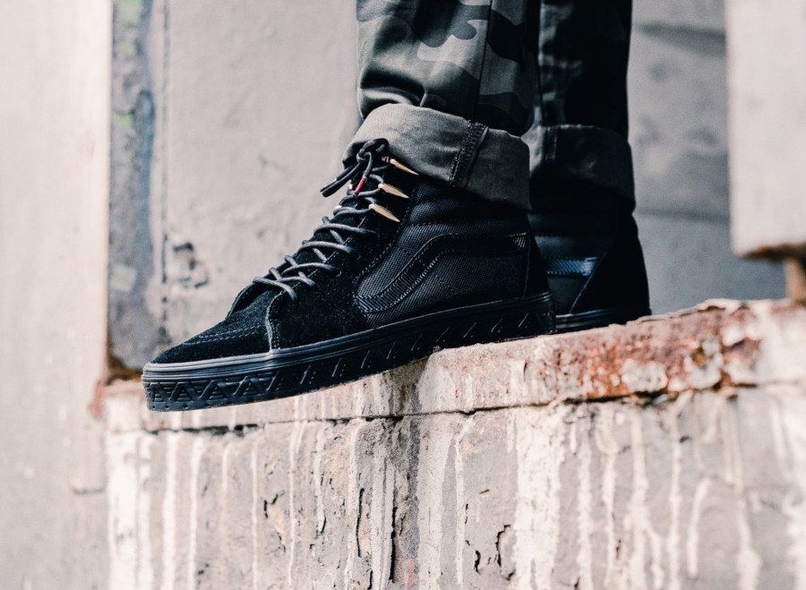 chaussure-avengers-vans-sk8-hi-noire-black-panther-on-feet