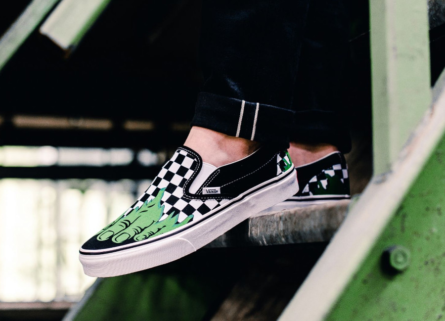 chaussure-avengers-vans-slip-on-hulk-checkerboard-on-feet
