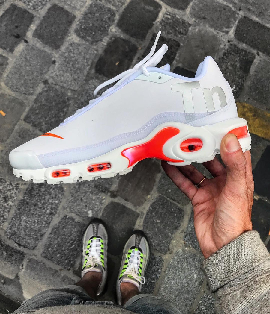 basket-nike-air-max-plus-tuned-special-edition-blanche-et-orange-AQ1088-100 (1)