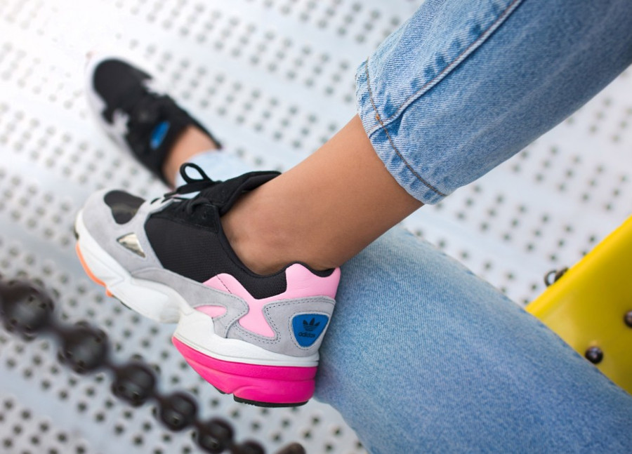 chaussure-adidas-falcon-dorf-fille-noire-grise-rose-on-feet-BB9173 (3)