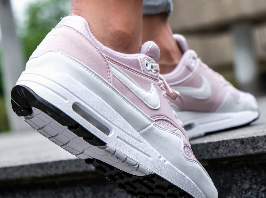chaussure-niike-air-max-1-barely-rose-on-feet (2)